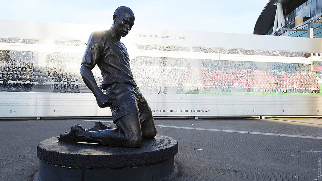 Arsenal statues history news for Arsenal mural emirates