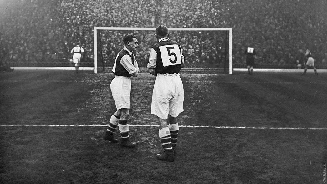 Arsenal wear numbered shirts - 1933